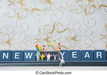 groupe, famille, miniature, tenue, année, nouveau, ballons, heureux