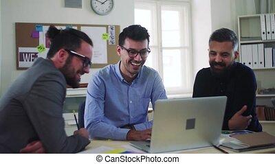 groupe, fonctionnement, bureau., ordinateur portable, moderne, jeune, ensemble, hommes affaires