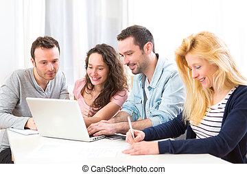groupe, fonctionnement, gens, ordinateur portable, jeune, séduisant,  4