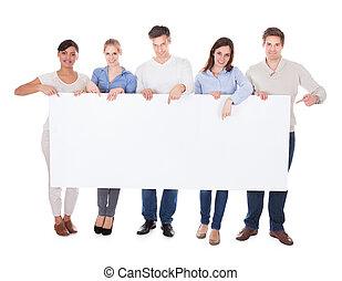 groupe gens, à, panneau affichage