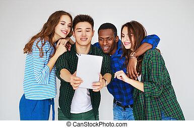 groupe, gens, étudiants, téléphones, gadgets, tablettes, rire, amis, heureux