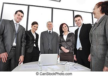 groupe gens affaires, debout, à, bureau, et, sourire