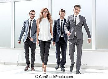 groupe gens affaires, marcher ensemble