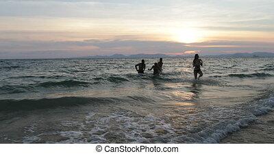 groupe, gens, amis, ensemble, gai, mélange, courant, course, coucher soleil, mer, plage, heureux