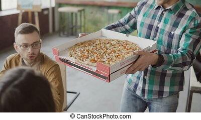 groupe, gens, bureau., applaudir, moderne, jeune, sourire., course, pizza, apporte, mélangé, homme affaires, équipe, heureux