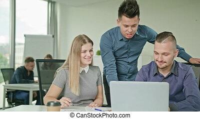 groupe, gens bureau, ordinateur portable, moderne, démarrage, utilisation