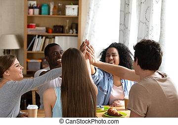 groupe, gens, donner, élevé, divers, five., heureux