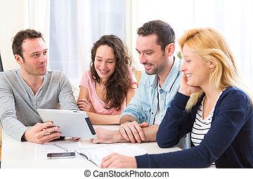 groupe, gens fonctionnement, ordinateur portable, jeune, séduisant, 4