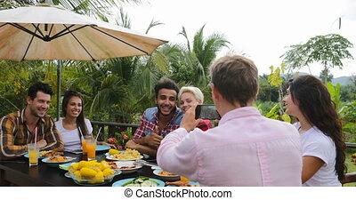 groupe, gens, photo, couple, séance, jeune, téléphone, cellule, conversation, manger, terrasse, dehors, table, homme souriant, amis, prendre, intelligent, heureux