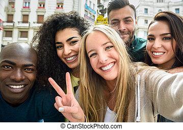 groupe, gens, prendre, jeune, multiracial, selfie