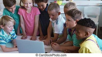 groupe, gosses, utilisation, classe, ordinateur portable