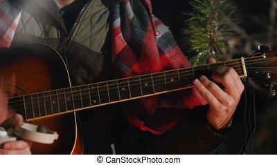 groupe, hiver, séance, jeune, fire., guitare, forêt, amis, jouer, homme