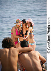 groupe jeunes gens, plage