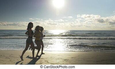 groupe, jogging, jeune, courant, plage, femmes