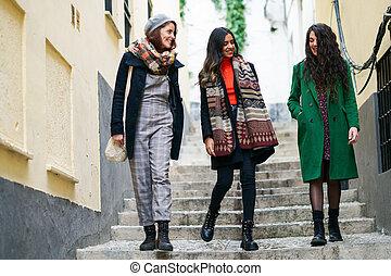 groupe, marche femme, heureux, dehors, trois, multiethnic, ensemble