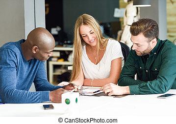groupe multi-ethnique, de, trois, jeunes, étudier, ensemble