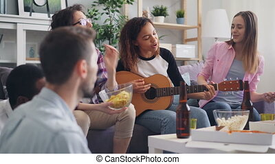 groupe, multiethnic, maison, amis, guitare, pendant, fête, chant, jouer