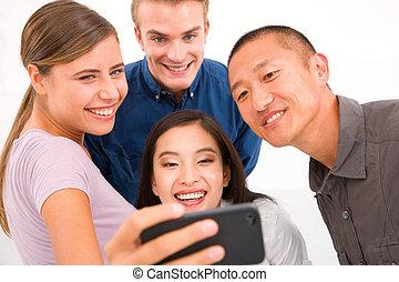 groupe, multiethnic, prendre, portrait, amis, soi