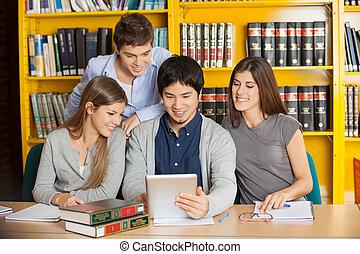 groupe, multiethnic, tablette, étudiants, étudier, ensemble, collège, bibliothèque, numérique