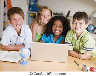 groupe, ordinateur portable, jeune, leur, enfants, devoirs