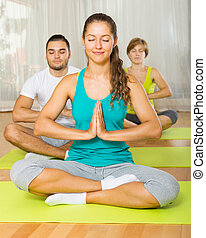 groupe, pratique, yoga, adultes