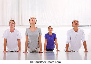groupe, pratiquer, yoga, multiethnic, gens