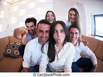 groupe, prendre, amis, selfie