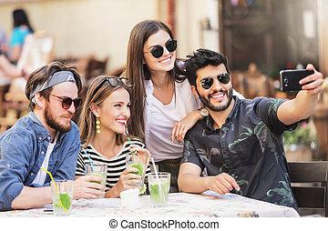 groupe, prendre, multiracial, amis, selfie, mieux