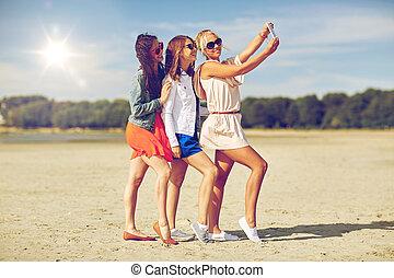 groupe, prendre, sourire, plage, selfie, femmes