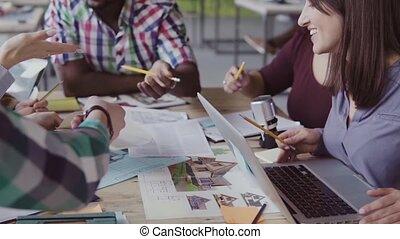 groupe, professionnels, couleur, bureau., moderne, jeune, material., créatif, course, choisir, équipe, mélangé, réunion, heureux