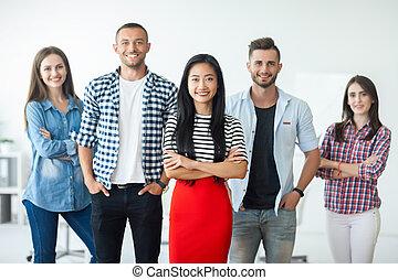 groupe, professionnels, femme affaires, asiatique, sourire, éditorial