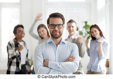groupe, professionnels, multiracial, confiant, intérieur, homme affaires