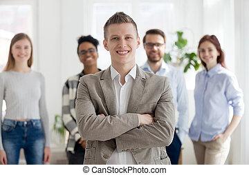 groupe, professionnels, multiracial, confiant, intérieur, homme