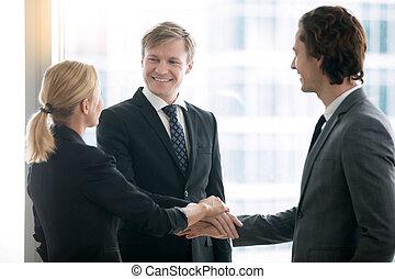 groupe, professionnels, tas, tenant mains