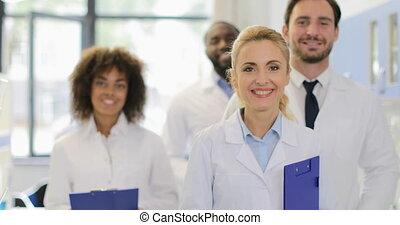 groupe, réussi, moderne, mélange, course, médecins, laboratoire, sourire, équipe, scientifiques, chercheurs, heureux