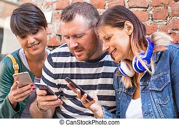 groupe, regarder, ensemble, amis, smartphone