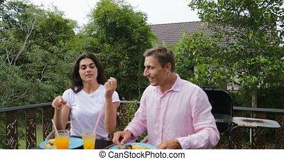 groupe, séance, communication, couple, gens, jeune, conversation, manger, terrasse, dehors, table, amis