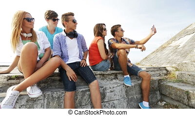 groupe, selfie, ados, dehors, confection, sourire