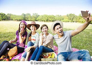 groupe, selfie, jeune, téléphone, confection, intelligent, heureux
