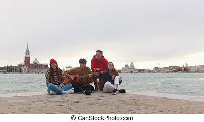 groupe, songs., séance, amis, jeune, guitare, bord, quai, chant, jouer, homme