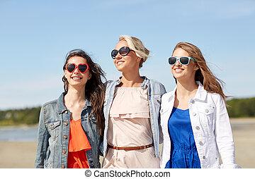 groupe, sourire, plage, lunettes soleil, femmes