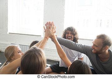 groupe, sportif, gens, donner, jeune, haut cinq