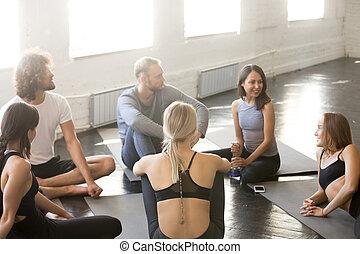 groupe, sportif, gens, jeune, conversation, cercle