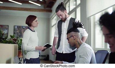 groupe, start-up, bureau, jeune, businesspeople, conversation, concept.