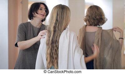 groupe, styliste, lessons., usure, châles, enseigne, femmes