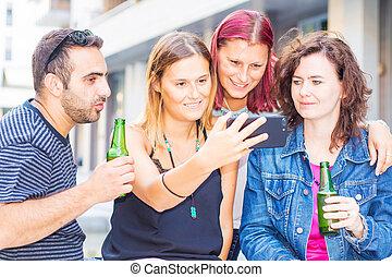 groupe, téléphone, bière, boire, whatching, ami