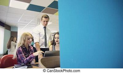 groupe, tablette, professionnels, ordinateur portatif, utilisation, pendant, réunion