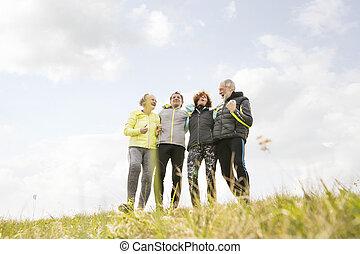 groupe, tenue, arms., reposer, dehors, personne agee, coureurs, autour de