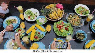 groupe, végétarien, gens, sain, téléphones, prendre, séance, cellule, photos, nourriture mangeant, vue, table, angle, amis, sommet, intelligent