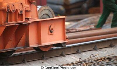 grue, en mouvement, rails